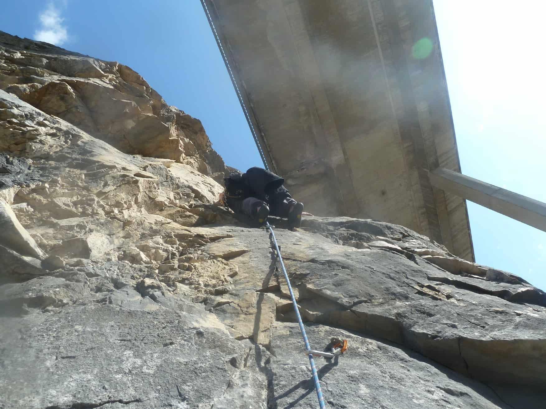 Klettern unter der Gaichtpass-Brücke